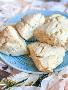 Easy Vanilla Scones: I absolutely love the petite vanilla scones at Starbucks, so I created my own recipe. These easy vanilla scones are a great grab and go breakfast – whip up a batch and eat them throughout the week. Pumpkin Cream Cheese Muffins, Cheese Scones, Pumpkin Cream Cheeses, Afternoon Tea Scones, Afternoon Tea Recipes, Vanilla Scones Recipes, Scone Recipes, Yummy Recipes, Pastries