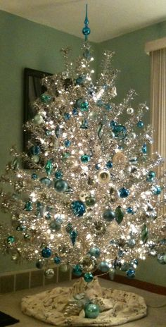Nothing like a silver and blue christmas tree to remind me of Christmas past. Noel Christmas, White Christmas, Christmas Crafts, Modern Christmas, Retro Christmas Tree, Turquoise Christmas, Country Christmas, Christmas Things, Simple Christmas