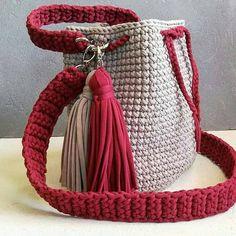 """357 Me gusta, 7 comentarios - croche minha terapia (@crocheminhaterapia) en Instagram: """"🔥 Descubra como Milhares de Mulheres Estão Se Tornando Profissionais Fazendo Lindas Peças de Crochê…"""" Diy Crochet Bag, Diy Crafts Crochet, Bead Crochet, Crochet Handbags, Crochet Purses, Popular Crochet, Yarn Bag, Bag Pattern Free, Knitted Bags"""