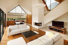"""Das """"Two Barns House"""" ist ein besonders originelles Wohnhaus in Tychy in Polen. Die Architekten von RS+ haben sich ein Haus aus zwei einfachen Häusern ausgedacht. Beide unterscheiden sich durch ihre Materialien und ihre Funktionalitäten. Das eine Haus behe"""