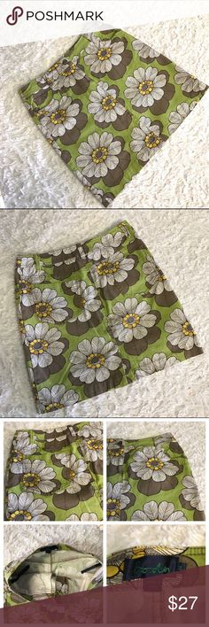 """🌼Women's Boden Skirt🌼 Cute Boden skirt, front closure with zipper, side  front pockets and pockets on back.  White, with assorted brown petals, daisy-like design on green background.  Size 8R.  98% cotton, 2% elastane.  Measures, laying flat, 14.5"""" at the waist and 17.75"""" length. Boden Skirts Pencil"""