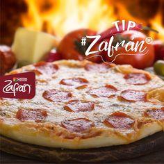 No uses el microondas para recalentar tu pizza, hazlo en un sartén a fuego bajo en la estufa. No olvides poner la tapa para que se derrita el queso #tipszafran #universozafran