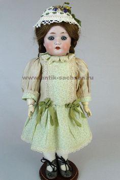 Редкая немецкая антикварная кукла, голова которой отлита на фарфоровой фабрике Wiefel & Co. Годы выпуска приблизительно 1910-1912. Размер куклы 42 см. На голове маркировка производителя «301 W&Co Germany». #dolls #dollcollection #антикварнаякукла #Валькирия #poupee #фарфороваякукла #кукла