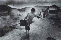 Hong Kong, water carrier by Ed van der Elsken
