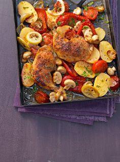 Knuspriges Huhn vom Blech mit Kartoffeln, Paprika und Champignons