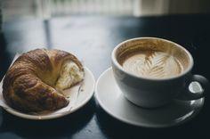Café con leite e um croissant