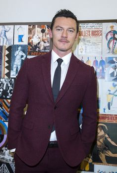 Porque él se ve muy bien en este juego púrpura. | 14 Reasons We're Excited To See Luke Evans As Gaston