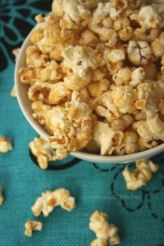 "Sweet and Salty Popcorn! Lighter & healthier than caramel corn IF you use sugar-free pudding & Smart Balance margarine instead of butter. Be sure to add 1 or 2 teaspoons of cinnamon for that special ""autumn"" taste! Recipes Appetizers And Snacks, Snack Recipes, Desserts, Tapas Recipes, Yummy Snacks, Recipies, Healthy Recipes, Sweet And Salty Snack Mix Recipe, Sweet Popcorn Recipes"