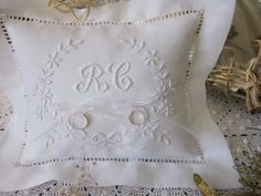 Embroidered white and grey wedding pillow hearts intertwined with your name embroidered Saperlipopette Creation
