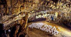 Tο πιο μυστηριώδες ελληνικό σπήλαιο όπου γίνονται συναυλίες 60 μέτρα κάτω από τη γη - Τι λες τώρα;