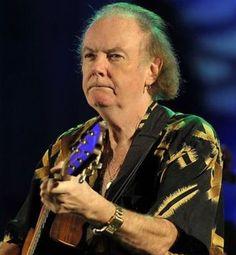 † Padraig Duggan (67) 09-08-2016 Padraig Duggan, gitarist en mede-oprichter van de Grammy Award-winnende Ierse Keltische muziek groep Clannad, overleed op 9 augustus 2016, volgens meerdere nieuwsbronnen. Hij was 67. Duggan stierf in een ziekenhuis in Dublin na een terugkerende ziekte, aldus de band. Duggan, die ook de mandoline speelde, richtte de groep in 1970 op samen met zijn tweelingbroer, Noel. https://youtu.be/uGnrfpbZijU