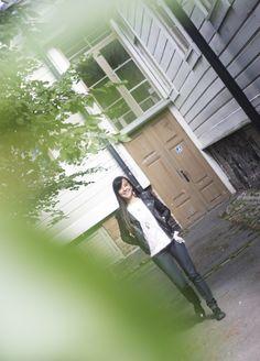 Näkijä Mili Kaikkosen työhuone sijaitsee Helsingin keskustassa Kalevankadulla.Siellä on pieni, kotoisa huone, jonka ikkunasta tulvii valoa. If you can dream it,you can achieve it, takan reunalla lepäävä taulu muistuttaa. Ikkunan ääressäon pieni pöytä ja sympaattiset puiset tuolit. Pöydän toisella puolella istuusiro, pitkähiuksinen nainen. Jos hänet ...