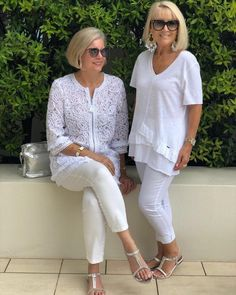 Holiday Cheer in all White! 🎄🎉🎁 Get the complete look Linda and Leanne are wearing from ✨ ****** White is always a fabulous look accessorised with silver. Bag and Sandals from ***** Another great look for the Holiday Season! Over 60 Fashion, Mature Fashion, Older Women Fashion, Over 50 Womens Fashion, Fashion Over 50, Trendy Fashion, Paris Outfits, Capsule Outfits, Sporty Outfits