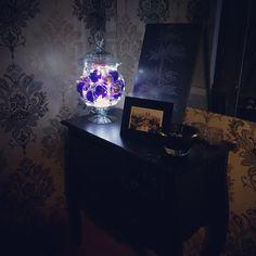 Olha que coisa linda ficou a bomboniere cheia de bolas e luzinhas? A composição com a parede com detalhes escuros ficou sensacional.  :: por Paula Fuzeto, do blog Chega de Bagunça.