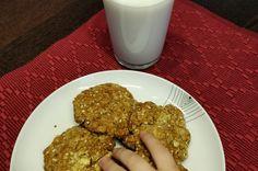 Jednoduchý recept na ovsené keksy bez použitia váhy. Obsahujú jablká, banán, mrkvu, med a sú bez cukru. Skvelá voľba na raňajky či ako pochúťka ku káve.