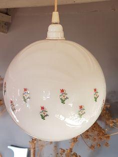 Suspension vintage en opaline à motif fleurs