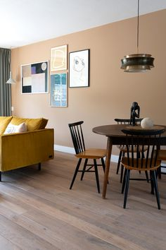 Warmte in de woonkamer met de kleur Rich Butterscotch – Finance is important Home Living Room, Aesthetic Room Decor, Home, Interior, Room Wall Colors, Living Room Wall Color, Living Room Color, Living Room Remodel, Brown Walls Living Room