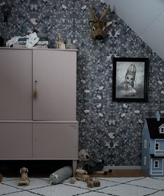 Gorgeous nursery room by Towe Rønne @towerp feauturing Garbo & Friends wallpaper Fauna #wallpaper #scandinavianstyle #kidsroom #roomdecor #