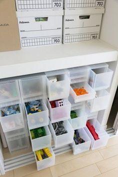 子ども部屋の収納。レゴを色別に分けて入れている。上の段はクリスマスツリーや雛人形などを、ボックスを揃えて整然と収納。