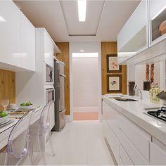 A cozinha branca tradicional incorporou a modernidade da madeira nas paredes Kitchen Cabinets And Backsplash, Building Kitchen Cabinets, Backsplash Ideas, Kitchen Furniture, Kitchen Decor, Kitchen Ideas, Interior Design Kitchen, Cool Kitchens, Sweet Home