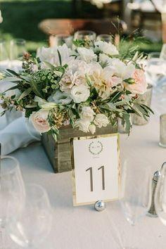 <3 Centre de table <3 rustique avec contenant en bois, fleurs blanches et rose pâle, feuillage d'olivier