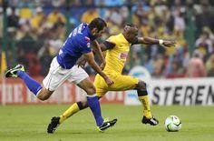Christian  Benítez (d) disputa el balón con Alejandro Castro (i) de Cruz Azul.