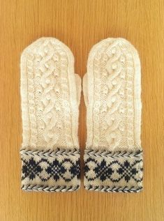 アラン&編込みミトン~ネイビーボップルの画像1枚目 Knit Mittens, Mitten Gloves, Knitting Stitches, Knitting Patterns, Fair Isle Knitting, Yarn Projects, Hand Warmers, Headbands, Tatting