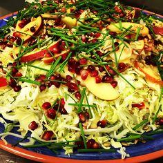 Kålsalat med granatæble er en skøn og farvestrålende salat der vil pynte på bordet i alle hjem, og så smager den fantastisk samtidig. Den er sprød, saftig og knasende, hvad kan man mere forlange af en salat. Spidskål findes i flere farver og pynter i en salat. Så gør brug af de forskellige farver du kan få de forskellige grønsager i, de er en fryd for øjet. Smagen er der vist ingen forskel i, jeg kan i hvert fald ikke lige få øje på den. Spis den sammen med noget kylling, lam eller okse, den…