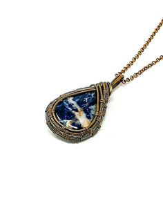 This beautiful piece of wire wrap jewelry makes for a perfect necklace. A simple but yet unique necklace design, excellent to be used for both men and women. Wire Necklace, Crystal Necklace, Necklace Lengths, Copper Jewelry, Gemstone Jewelry, Unique Necklaces, Unique Jewelry, Wire Wrapping Crystals, Crystal Pendant