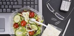 Workplace with mixed salad on laptop Workplace, Pilates, Fitness, Laptop, Vegetables, Food, Easy Recipes, Dinners, Salud
