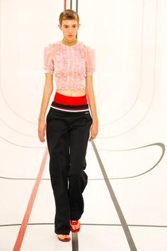 Miu Miu Prêt-À-Porter Printemps-Été 2021 - Défilés | Vogue Paris Miu Miu, Vogue Paris, Fashion News, Fashion Show, Paris Fashion, Dress Over Pants, Big Spring, Spring Fashion Trends, Vogue Russia