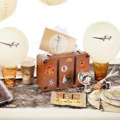 Une tirelire voyage en forme de valise en carton de dimensions 24 x 16 x 10cm, pour un anniversaire ou un mariage sur le thème du voyage avec un coté vintage.