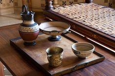 Vaisselle dans le Triklinos. Villa Grecque Kérylos : Palais antique de la côte d'Azur, Beaulieu-sur-Mer © Sophie Lloyd