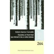 S'acosta un front fred que deixarà neu a cotes baixes. Dolors Garcia i Cornellà. És un llibre realista que es fa de bon llegir amb capítols curts on els personatges joves de la novel·la se sinceren i mostren la seva personalitat però que també ens transporta al passat -la Guerra Civil- i ens desvetlla un secret amb la història de l'àvia Isaura.