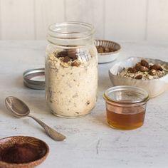 Grundrezept für #Overnight #Oats Das Basis-Rezept ist denkbar einfach und besteht aus #Haferflocken und Flüssigkeit im Verhältnis 1:2. Dabei ist es ganz egal, worin Sie die Flocken einweichen. Je nach geschmacklicher Vorliebe oder Verträglichkeit, können Sie Kuh-, Soja-, Mandel- oder Kokosmilch genauso gut verwenden wie Joghurt oder neutrales Wasser. Mögen Sie es lieber weicher oder fester, passen Sie einfach die Flüssigkeitsmenge entsprechend an.