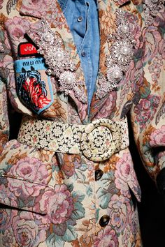 Miu Miu Fall 2016 Ready-to-Wear Accessories Photos - Vogue Date: June 2016 Notation: This victorian inspired garment is fun and with the denim shirt and what appears iron on patch. Fashion Details, Look Fashion, High Fashion, Fashion Show, Womens Fashion, Fashion Design, Fashion Belts, Miu Miu, Style Couture