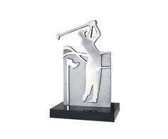 Peça: bidimensional, 21cm de altura.  Materiais disponíveis: alumínio (prata) ou bronze (dourado ou patinado).  Base: madeira natural ipê ou madeira revestida de fórmica preta, 14x9x2cm.  Placa cortesia: aço inox (prata), 7x2cm.