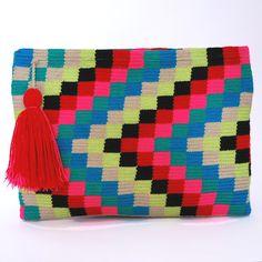Clutch Wayuu Arrecife – Bolsos y Sombreros Artesanales | Indiarte.es Yarn Crafts, Diy And Crafts, Crochet Blocks, Short Styles, Tapestry Crochet, Crochet Purses, Needlepoint, Cross Stitch, Blanket