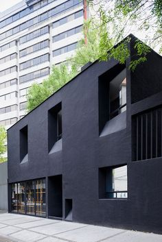 troquer fashion house in mexico city by zeller & moye Black Architecture, Architecture Design, Facade Design, Contemporary Architecture, Exterior Design, Architecture Journal, Black Exterior, Renovation Facade, Building Facade