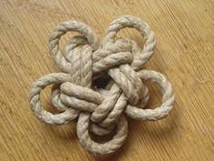 Je ne compte plus le nombre de fois où l'on m'a demandé comment réaliser ce noeud. J'ai mis très lontemps à me décider à le faire, car la plupart des personnes qui me le demandaient (et me le demande encore) sont souvent débutantes. C'est un noeud qui...