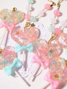 100均素材を使って簡単にアクセサリーが出来るレジンを使った作り方をご紹介!誰でも簡単に出来ちゃいます!たくさん作ってお友達にプレゼントするのもあり☆自分好みの個性溢れるアクセを作ろう! Kawaii Jewelry, Kawaii Accessories, Cute Jewelry, Uv Resin, Acrylic Resin, Resin Art, Kawaii Charms, Diy And Crafts, Crafts For Kids