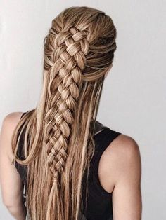 esta trenza está hecha con cuatro mechones de cabello. Además puedes lucir el resto del cabello suelto. Te encantará.
