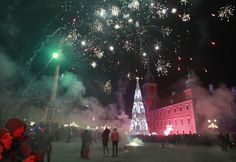 Fireworks explode in the sky above the Royal Castle during the New Year's Eve celebrations in Warsaw, Poland, Thursday, Dec. 31, 2015. (AP Photo/Czarek Sokolowski)