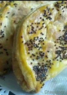 Mettez la farine, le fromage frais, le beurre et le sel dans le bol du pétrin. Mélangez jusq...