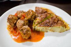 Tortilla de patatas y albondigas en salsa