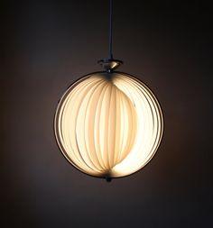 Vintage Lampe aus den 70er Jahren im zeittypischen Space Age Design.  Die Lampe erinnert stark an die Moon Lampe von Verner Panton und wurde aus Kunststoffstreifen gefertigt.  Die Lampe befindet sich in einem sehr guten Vintage Zustand mit alterstypischen Gebrauchsspuren.  Sie funktioniert einwandfrei und ist in einem sehr guten Vintagezustand.  Da es in jedem Land unterschiedliche elektrische Bedingungen gibt, würde ich empfehlen, die Lampe von einem Elektriker anschließen zu lassen…