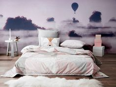 Fototapete in Lilatönen hinter Bett im Mädchenzimmer