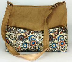 fbda70349 Tecido de algodão é dublado o que deixa a bolsa durinha e bem estruturada.  Suede de qualidade Dois bolsos internos Dois bolsos na parte frontal da  bolsa ...