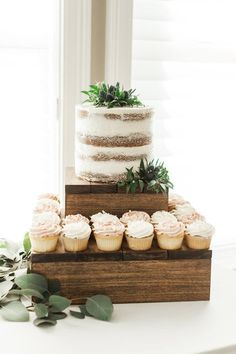 Wood Cake Stand, Large Thick Wood Slice, Rustic Cake Stand, Wood Slices, Wood Round - New ideas Rustic Cupcake Stands, Rustic Cupcakes, Rustic Cake, Rustic Wood, Wood Cake Stands, Wood Cupcake Stand, Cake Stand Decor, Rustic Wedding Cake Stands, Cupcake Display
