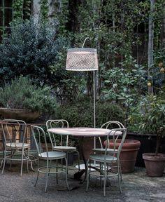 Une lampe-icône dans sa version extérieure. Basé sur l'image d'une canne à pêche lorsqu'elle se courbe, Twiggy Grid de @foscarinilamps incarne sa flexibilité, sa clarté et sa force, les rassemblant en un objet à la personnalité vive.Visitez notre site web pour plus de détails. Outdoor Floor Lamps, Outdoor Flooring, Outdoor Decor, Twiggy, Grid, Site Web, Fishing Rod, Outdoor Furniture Sets, Home Decor